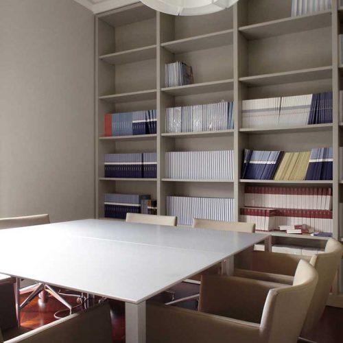 Libreria in mdf laccato per uffici direzionali in Via Manzoni - Milano