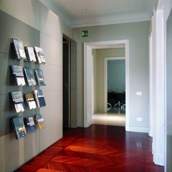 Boiserie laccata opaco con inserti in acciaio per uffici Milano