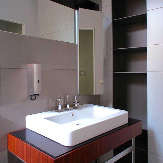 Mobili bagno realizzati in palissandro per uffici direzionali via manzoni Milano