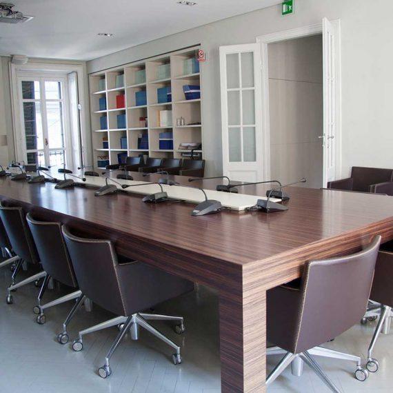 Tavolo videoconference in palissandro per uffici direzionali Milano