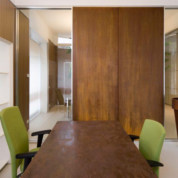 Tavolo e porta scorrevole realizzati in Corten