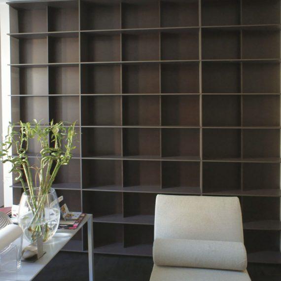 Libreria in mdf laccato per abitazione privata Milano
