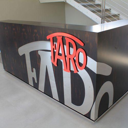 Bancone reception in ebano makasar con inserti in acciaio e parti laccate opaco