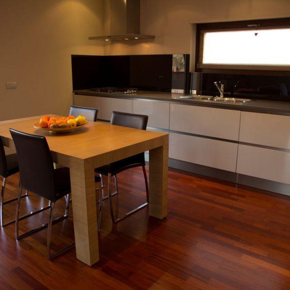 Realizzazione cucina per abitazione privato laccata bianco con gole