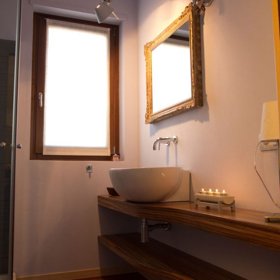 Mobile bagno sospeso realizzato in palissandro lucidato in essenza