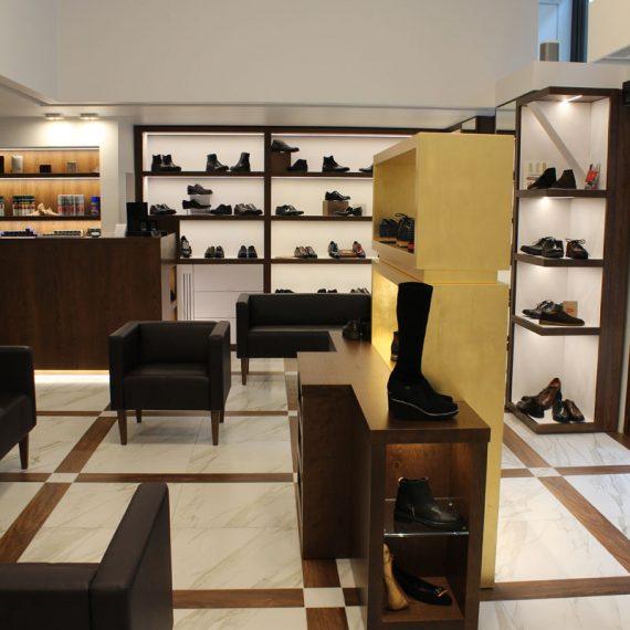 Realizzazione arredo negozio calzature Milano progettazione arch. Braccesi