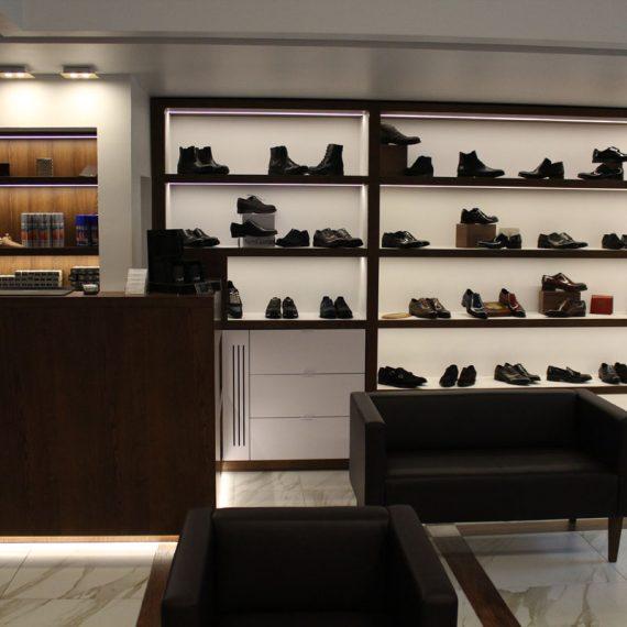 Isola centrale negozio calzature Milano realizzato in foglia oro