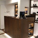 Banco cassa per negozio calzature milano impiallacciato legno rovere tinto