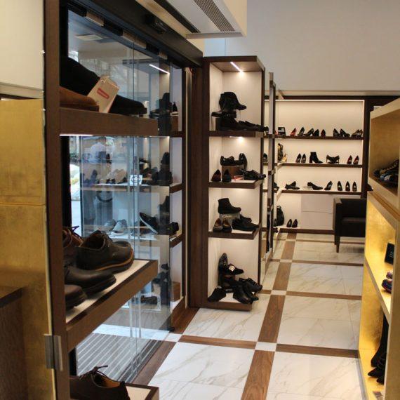 Realizzazione arredo negozio calzature Milano