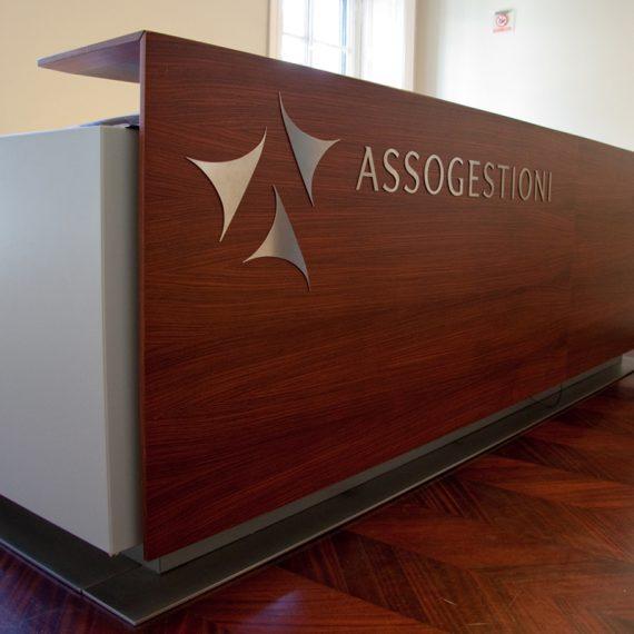 Bancone reception realizzato inpalissandro con inserti in acciaio
