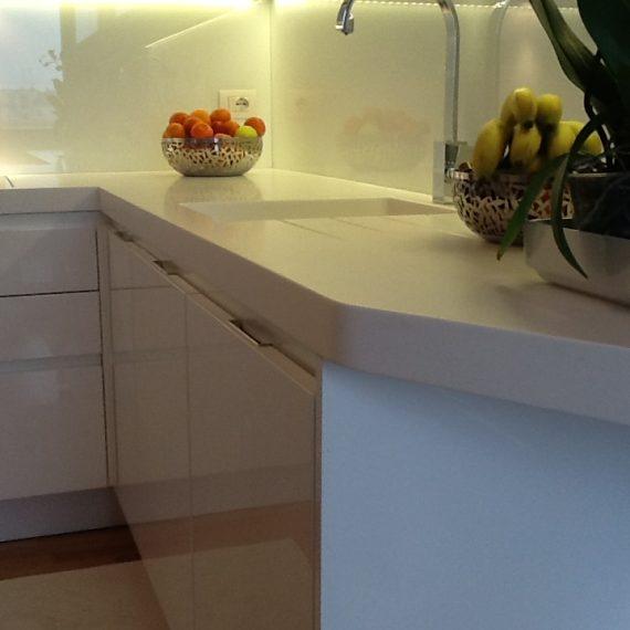 Piano lavoro in Corian con lavello integrato e fresate gocciolatoio