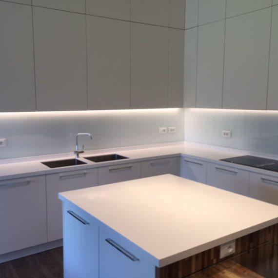 Cucina realizzata su misura laccata opaco con piano in Corian