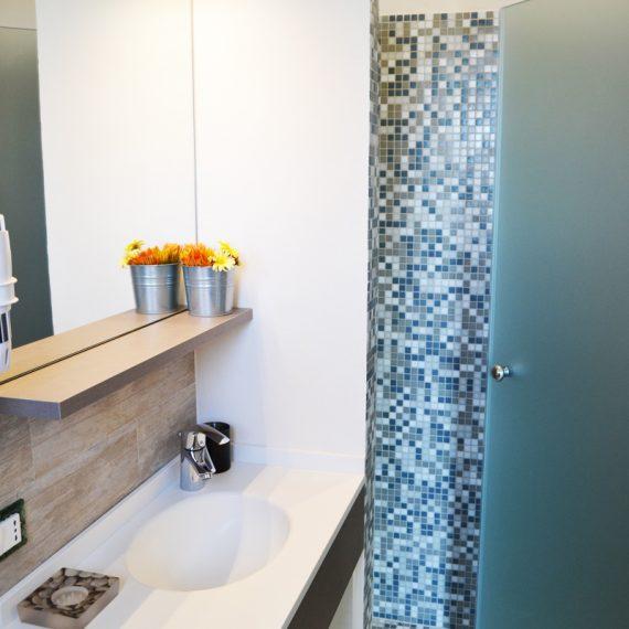 Mobile bagno con top in corian e lavello integrato